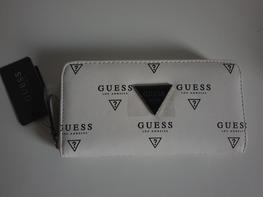 Guess Portfel biały logo czarne